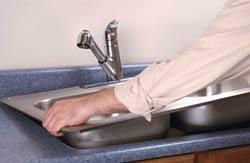 Сантехник в Дзержинске. Услуги сантехника – установка раковины на кухне. город Дзержинск